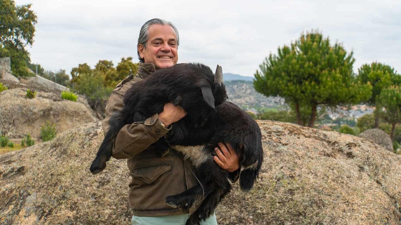 El empresario y político Marcos de Quinto con una de sus cabras