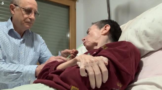 Ángel Hernández ayuda a su mujer, María José Carrasco
