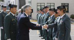 El ministro Fernando Grande-Marlaska, saludando a guardias civiles en una reciente visita a Cádiz.