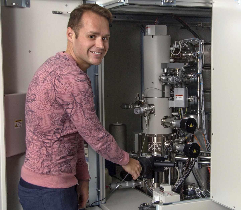 Pierre Haenecour en el microscopio electrónico usado para analizar la mota de polvo estelar