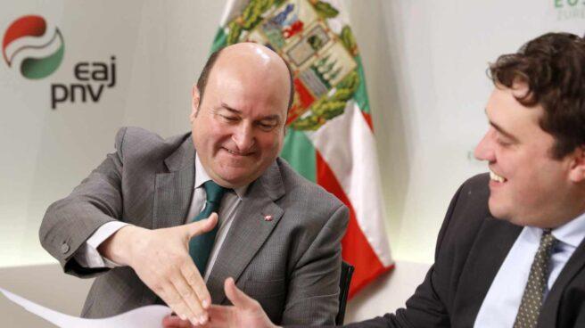 El presidente del PNV, Andoni Ortuzar, (i) y el presidente de PDeCAT David Bonvehí,.