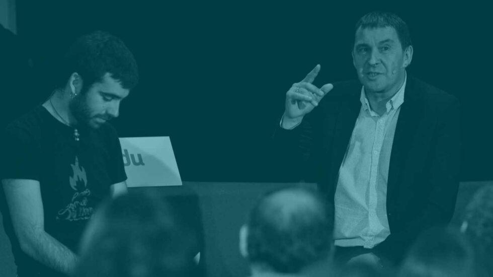 """El coordinador de EH Bildu, Arnaldo Otegi (d), durante su intervención en un coloquio sobre """"enfrentarse al fascismo desde Euskal Herria""""."""