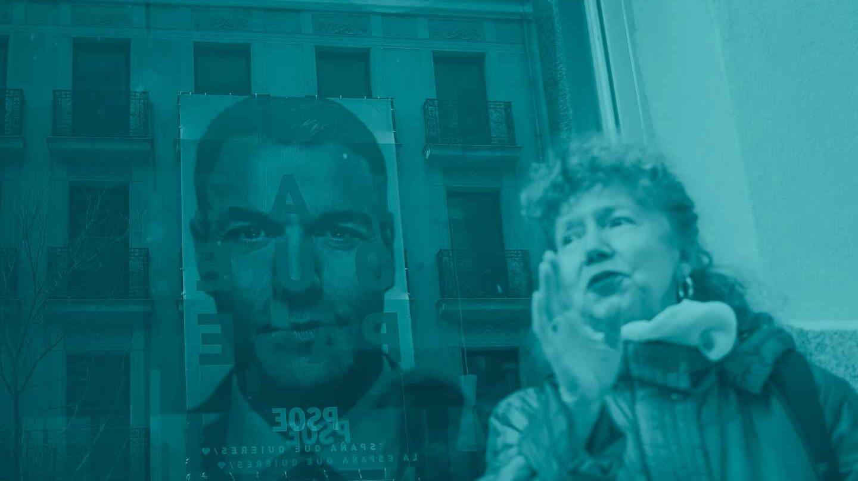 Una mujer pasa ante el cartel electoral de Pedro Sánchez.
