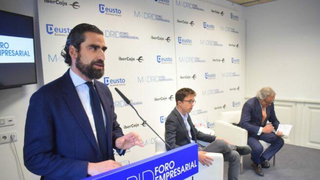 Íñigo Errejón en el foro empresarial. A su izquierda, Hilario Alfaro.