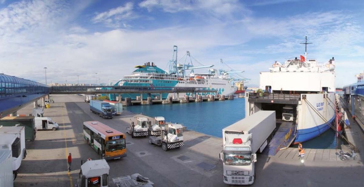Un camión sale de un buque en el Puerto de Algeciras.