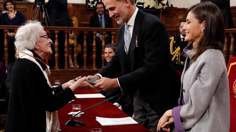 Felipe VI, la reina Letizia e Ida Vitale.