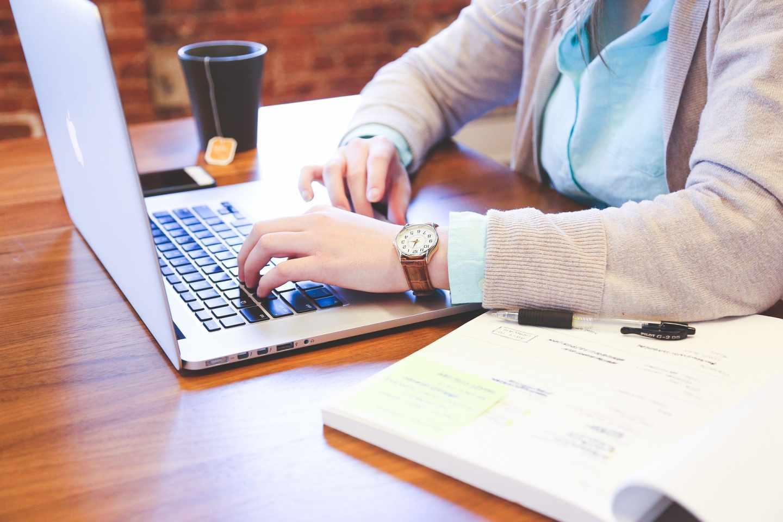 Persona utilizando un ordenador.