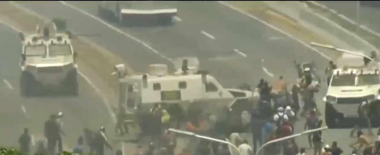 Una tanqueta atropella a los manifestantes que se levantan contra Maduro.