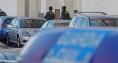 Dos agentes de la Guardia Civil a las puertas del edificio dónde esta mañana se ha encontrado el cadáver.