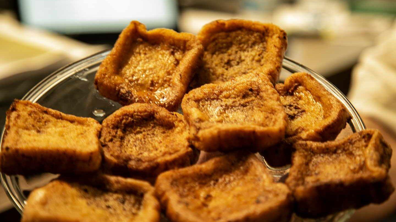 Plato de torrijas tradicionales