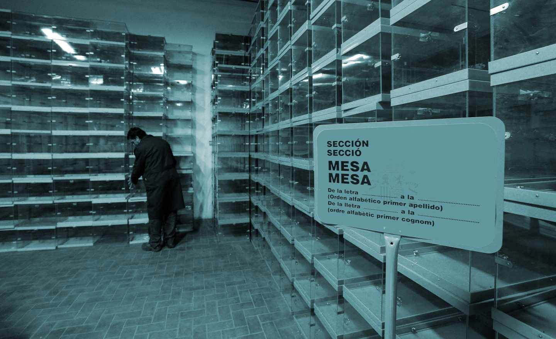 Un funcionario de la Comunidad Valenciana coloca urnas en las horas previas a las elecciones del 28-A.