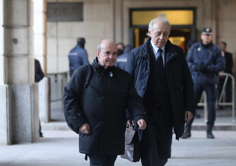 Gaspar Zarrías, acompañado del abogado Gonzalo Martínez-Fresneda, llegando a la Audiencia de Sevilla a una de las sesiones del juicio del 'caso ERE'.