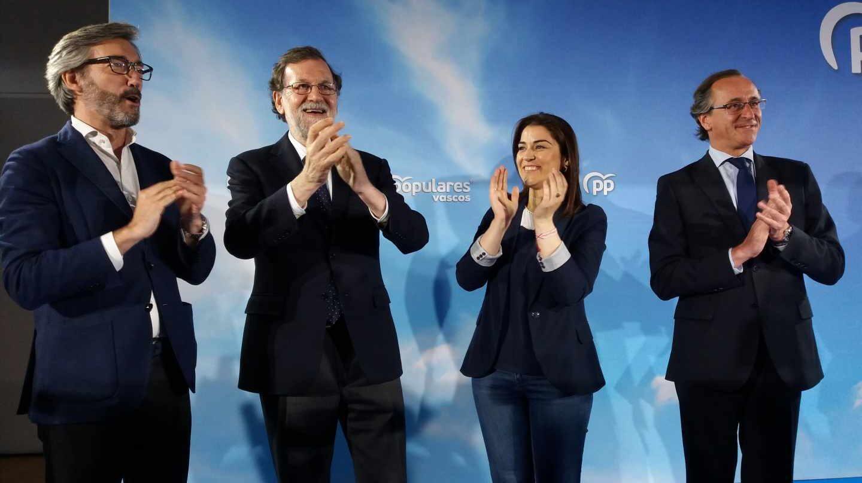 Mariano Rajoy, junto a Iñaki Oyarzabal, Leticia Comerón y Alfonso Alonso.