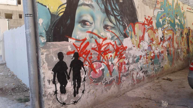 """Este grafiti tiene una """"historia divertida"""" detrás. Cuenta Cake $ que un día, una persona se le acercó y le contó que por el peinado la niña parecía judía. El artista no pretendía pintar a una niña judía pero utilizar el color negro llevó a esta persona a crear su propia historia de la obra."""