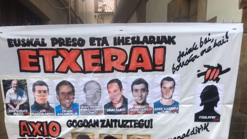 Pancarta de apoyo a los presos de ETA aparecida en Etxarri Aranatz.