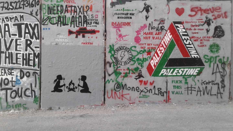 En este grafiti, el favorito del artista, las nubes de azúcar que sostienen los niños tienen forma de una casa en llamas y representan un hogar bajo la ocupación israelí.