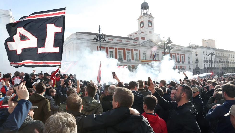Aficionados del Ajax en la Puerta del Sol de Madrid en marzo