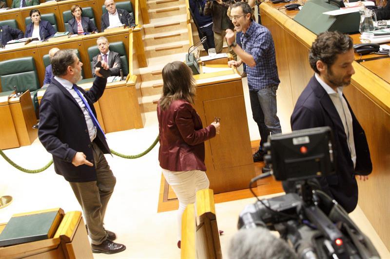 Parlamentarios del PP abandonan la Cámara vasca entre insultos de Arzuaga.