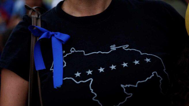 Lazo azul en apoyo a Juan Guaidó.