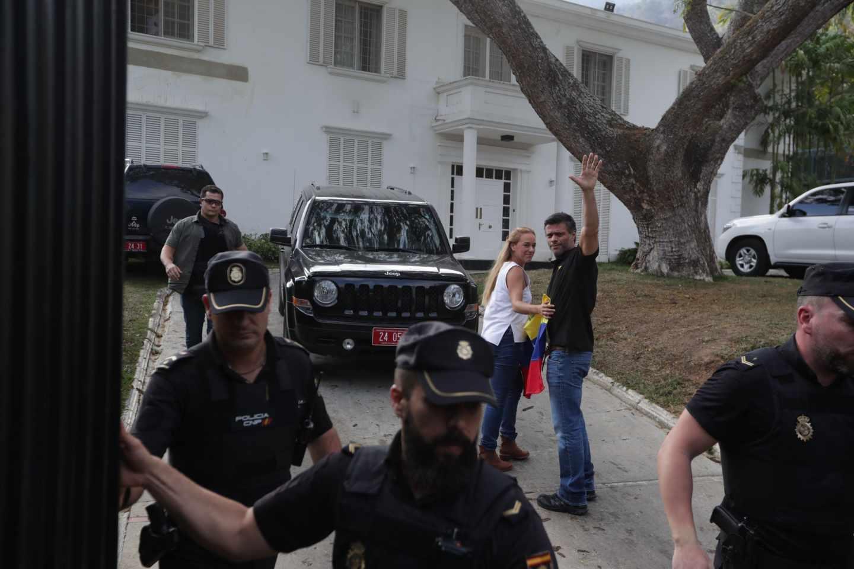 Leopoldo López saluda junto a Lilian Tintori detrás de policías españoles en la embajada.