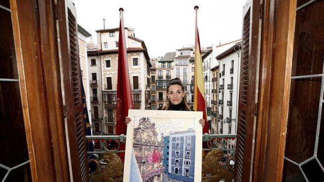 Edurne Taínta con el cartel de las fiestas de San Fermín 2019.