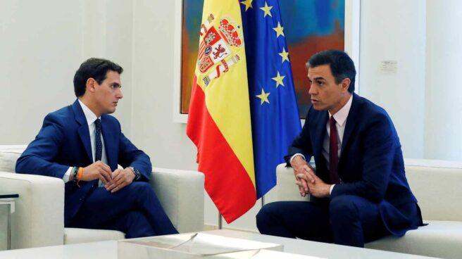 El presidente del Gobierno en funciones, Pedro Sánchez, recibe en la Moncloa al líder de Ciudadanos, Albert Rivera