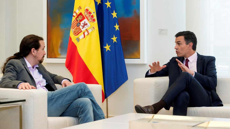 Iglesias y Sánchez conversan en la Moncloa.