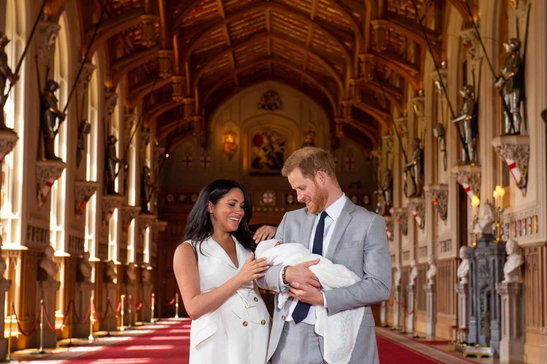ussex, posan junto a su hijo recién nacido.