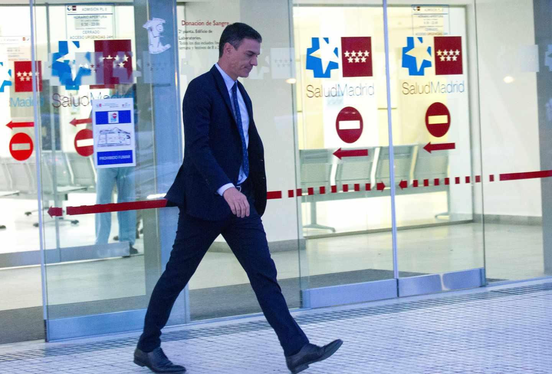 El presidente del Gobierno en funciones, Pedro Sánchez, sale este jueves del hospital donde está ingresado el histórico dirigente del PSOE Alfredo Pérez Rubalcaba, que está en situación de extrema gravedad tras sufrir un ictus.