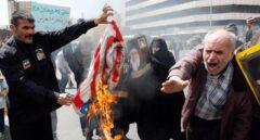 Manifestantes iraníes queman banderas de EEUU en Teherán.