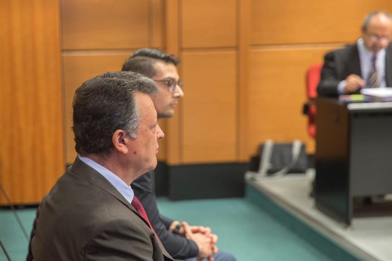El presidente de Mercedes Benz, Emilio Titos, junto a su hijo en el banquillo de los acusados.