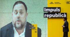 El vicepresidente del Govern, Pere Aragonès, alcaldable de Barcelona, mira una intervención en video del ex vicepresident Oriol Junqueras