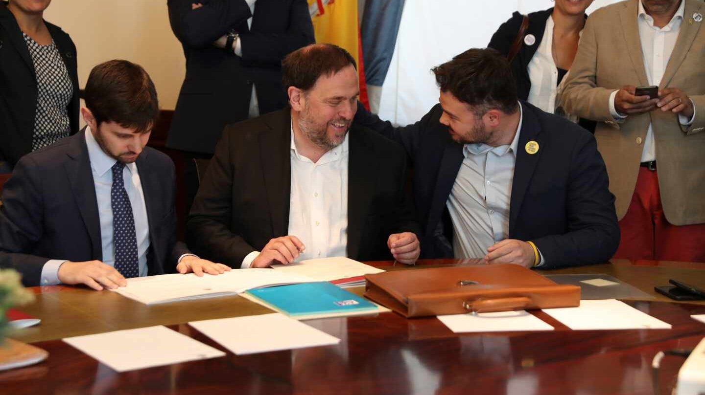 Junqueras habla con Rufián en el Congreso.