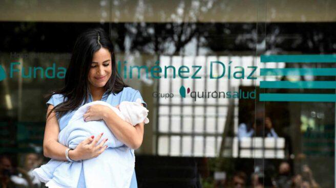 Begoña Villacís sale del hospital con su bebé.