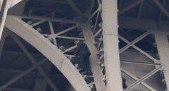 Cierran la Torre Eiffel por la presencia de un hombre escalando el monumento