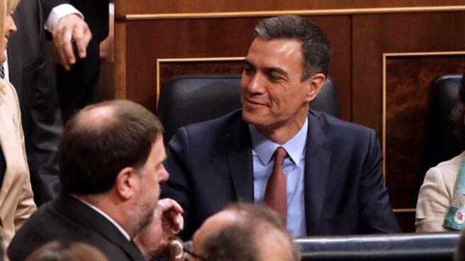 El diputado de ERC, Oriol Junqueras, junto al presidente del Gobierno en funciones, Pedro Sánchez, en el Congreso de los Diputados.