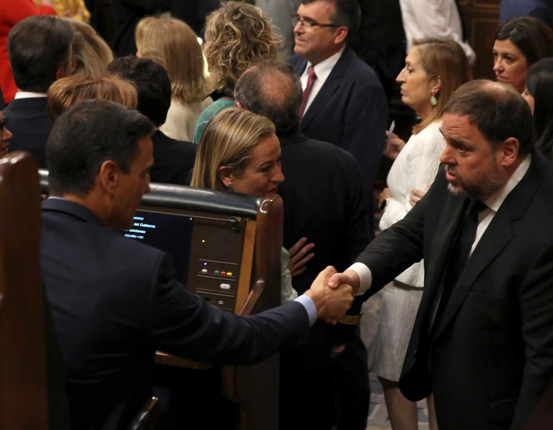 Breve saludo entre Oriol Junqueras y Pedro Sánchez en el Congreso.