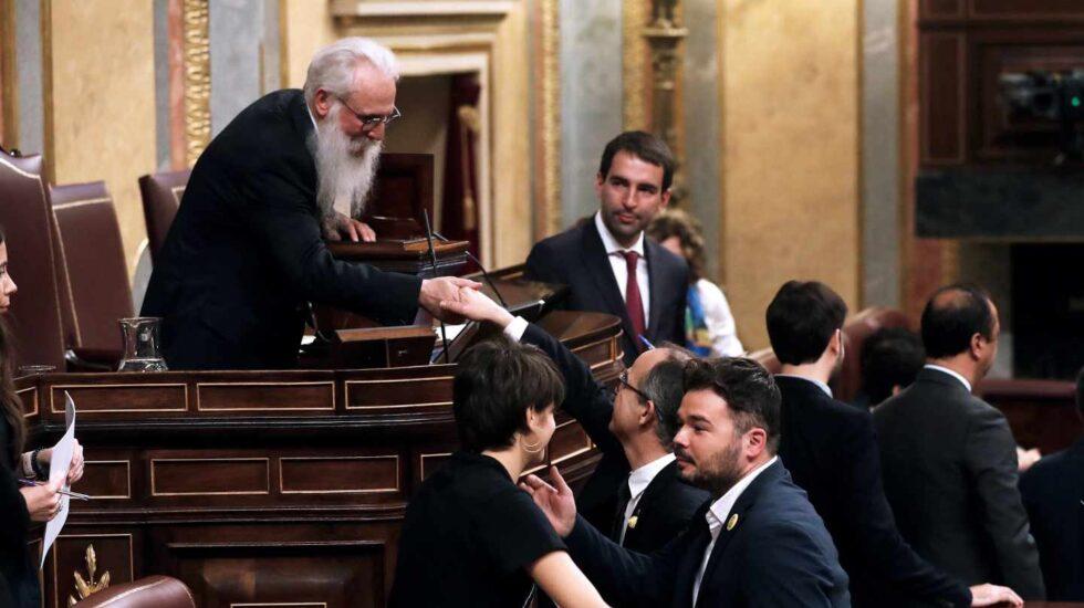 El presidente de la Mesa de Edad, el socialista burgalés Agustín Zamarrón (i), saluda al diputado electo en prisión preventiva Josep Rull