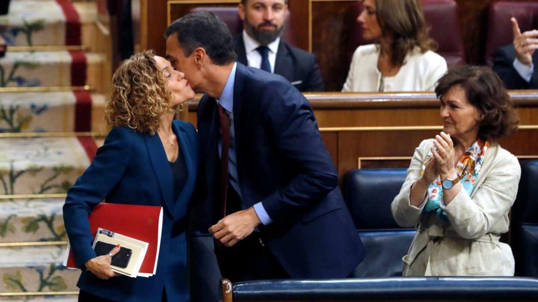 Sánchez felicita a Batet en presencia de Calvo.