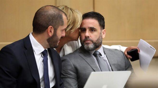 Pablo Ibar recibe un gesto cariñoso durante la vista celebrada hoy en la que ha conocido la sentencia.