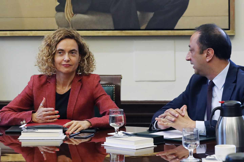 Meritxell Batet y Alfonso Rodríguez Gómez de Celis, en la Mesa del Congreso.
