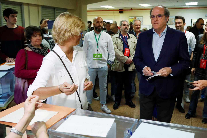 Angel Gabilondo se dispone a votar.