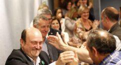 El presidente del PNV, Andoni Ortuzar, recibe la felicitación de sus simpatizantes.