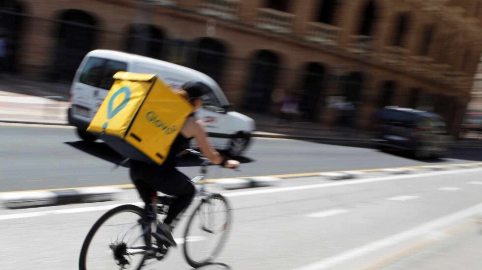 Un repartidor de Glovo en bicicleta.