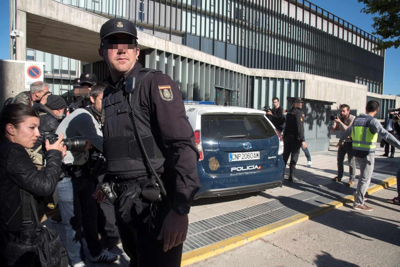 Furgón policial a la llegada a los juzgados de Huesca.