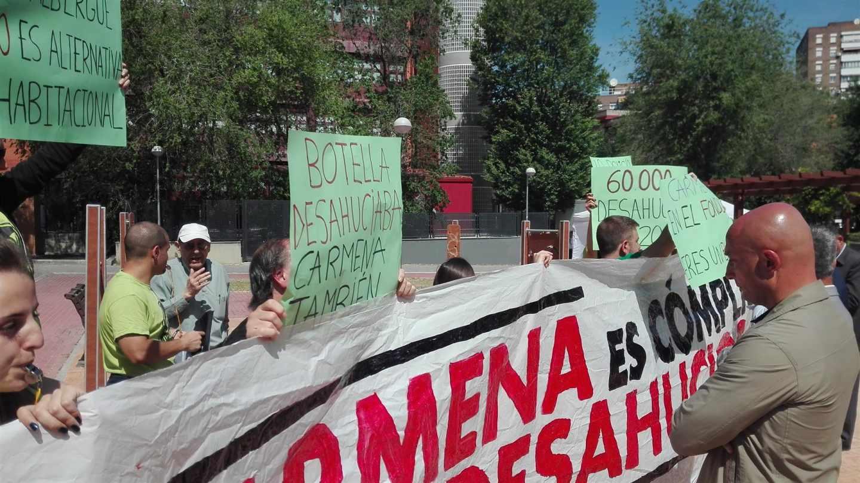 Activistas de Stop Desahucios irrumpen en un acto de Manuela Carmena en Madrid