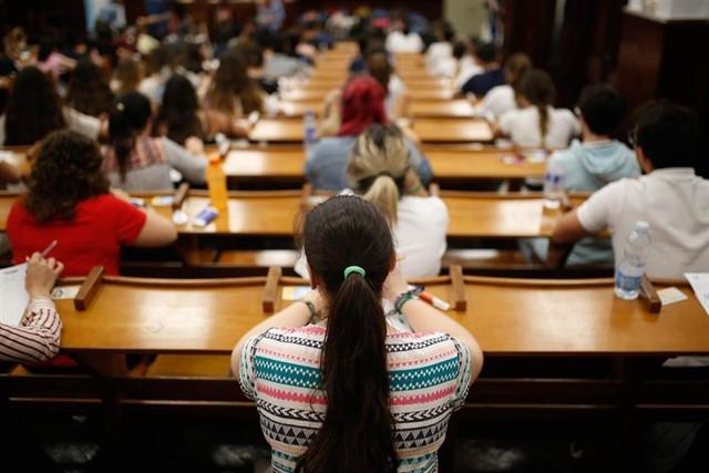 Alumnos durante una prueba de acceso a la universidad.