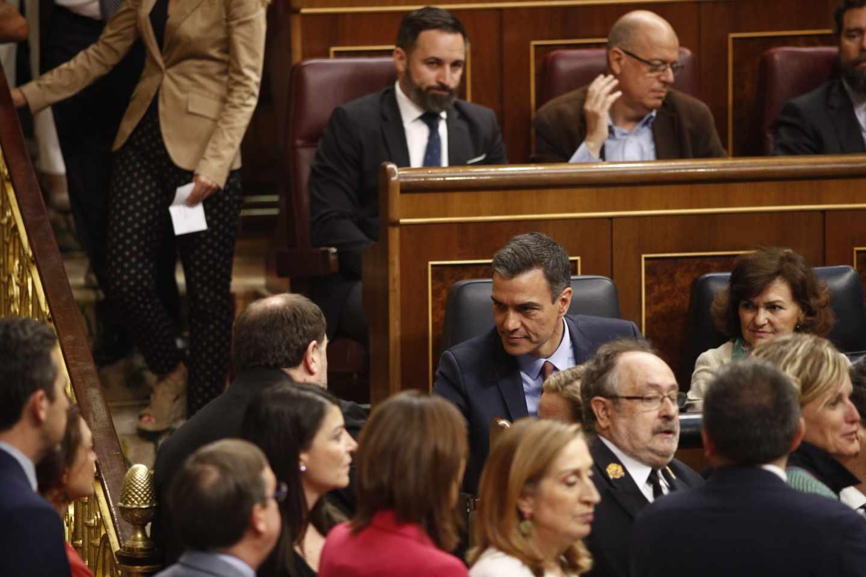 Breve saludo entre Pedro Sánchez y Oriol Junqueras