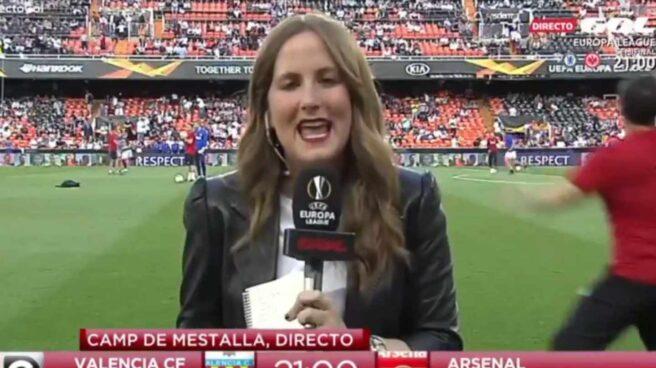 La periodista Mónica Benavent durante la retransmisión.