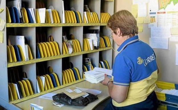 Una empleada de Correos.